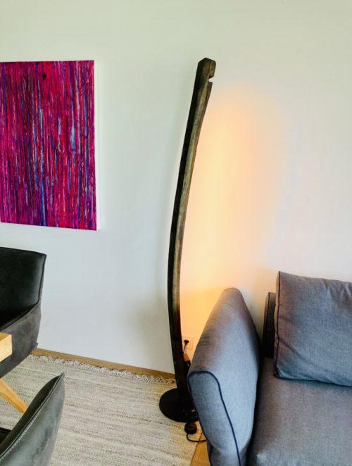 Artemis LED Stehlampe aus alten rot-Weinfässern, Holzstehlampe, LED Stehlampe, Designer Stehlampe, interior Stehlampe, interior Design, upcycling, upcycling-Stehlampe, Eichenholz-Stehlampe, außergewöhnliche Stehlampen, Raumbeläuchtung, Raumleuchte, Raumlampe, Wandleuchte, Leselampe, Leseraum, Wohnzimmer, Schlafzimmer, Wohnraum, Beleuchtung, stimmungslampe, licht für schöne Momente, Terrassenlampe, Terrassenleuchte, Terrassenlicht, LED, Rotwein, Weißwein, Holzfass, aus der Weinregion, Hand made in Austria, apollonLUX.at